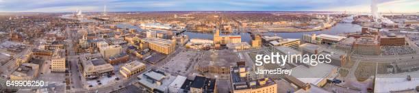 vista aérea do centro da cidade revela a cena de inverno sem neve - green bay wisconsin - fotografias e filmes do acervo