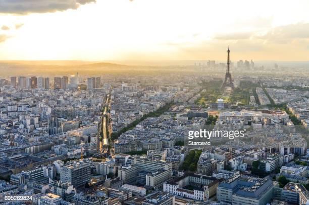 vue aérienne de la tour eiffel et de paris pendant le coucher du soleil - ile de france photos et images de collection