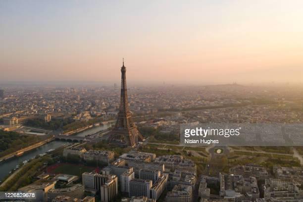 aerial view of eiffel tower in paris france, sunrise - paris fotografías e imágenes de stock