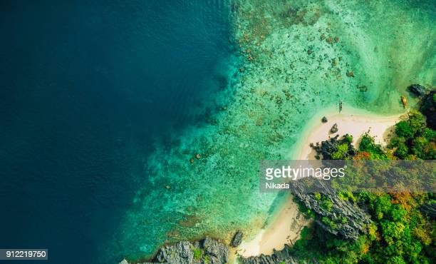 aerial view de elnido praia com barco em palawan - arquipélago - fotografias e filmes do acervo