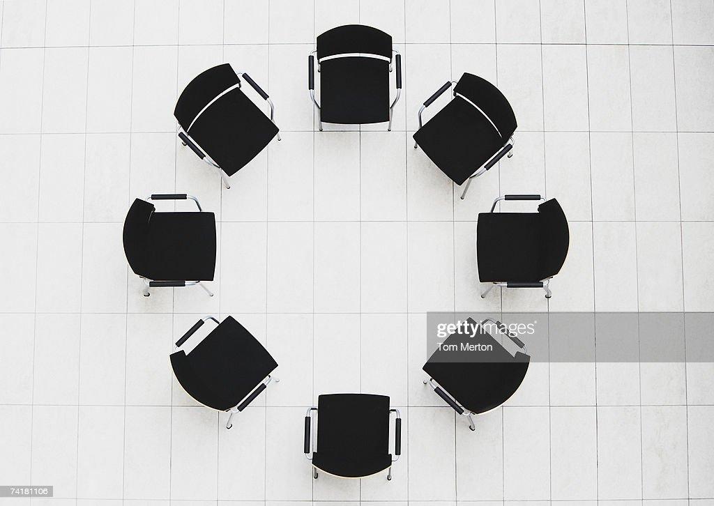 Vista aérea de cadeiras vazias em um círculo : Foto de stock