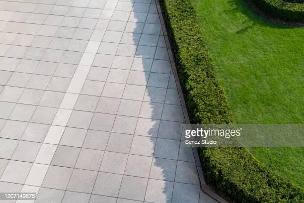 aerial view of empty road - trottoir photos et images de collection