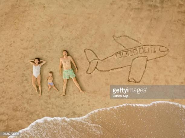 vue aérienne de la famille à la plage - vacances à la mer photos et images de collection