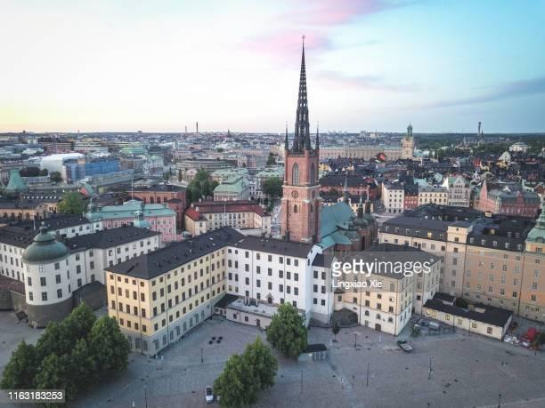 aerial view of famous riddarholmen and riddarholm church with cityscape at dusk, stockholm, sweden - riddarholmkirche stock-fotos und bilder