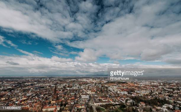feiburg の空中風景、ドイツ - フライブルク・イム・ブライスガウ ストックフォトと画像