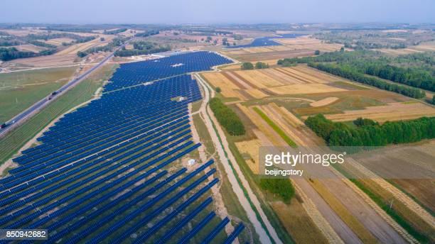 Luftaufnahme des Feldes von Sonnenkollektoren