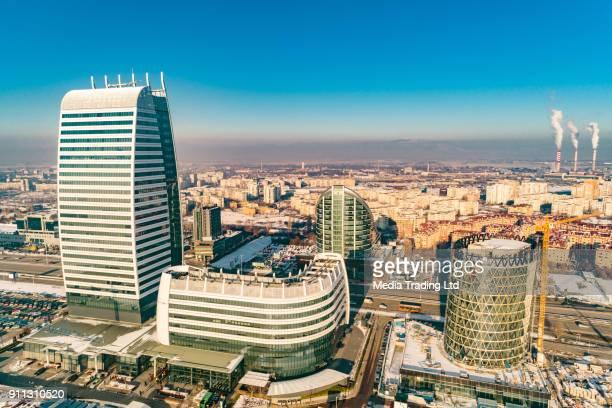 Luftaufnahme des finanziellen Geschäftsviertel mit Kraftwerk Fabrik Rauchende Schlote im Hintergrund in Sofia, Bulgarien