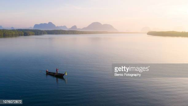 """aerial view of fisherman on the traditional long tail boat in """"sam chong tai"""" fisherman village in phang nga, thailand. - asiatisches langboot stock-fotos und bilder"""