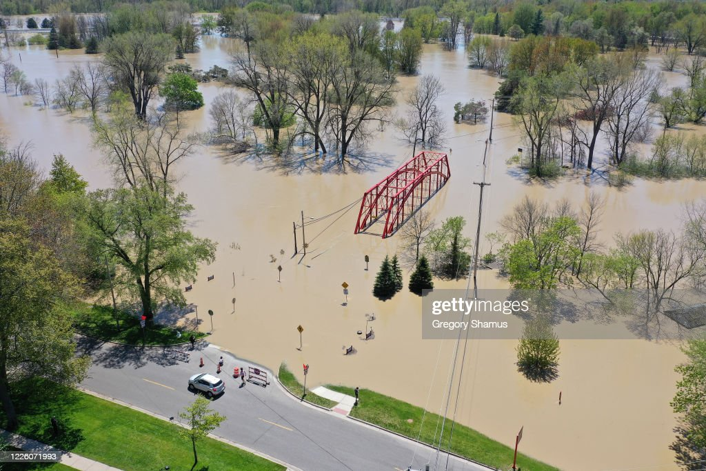 Two Dams Burst Flooding Town Of Midland, Michigan : News Photo