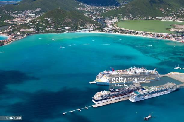 philipsburg, st. maarten, nederlands-indië - 24 oktober 2012: luchtfoto van vier cruiseschepen aan het dok: norwegian gem; celebrity summit, oasis of the seas en carnival dream - philipsburg sint maarten stockfoto's en -beelden
