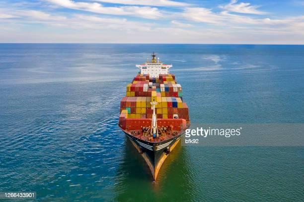 luftaufnahme des frachtschiffs mit frachtcontainern. - frachtschiff stock-fotos und bilder