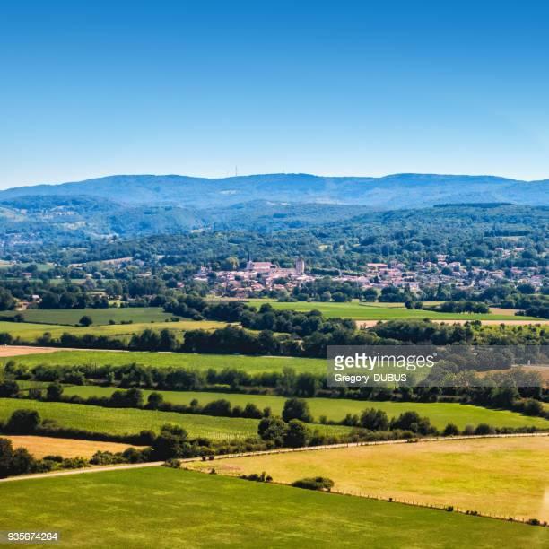 vue aérienne du français ambronay village au milieu de la campagne luxuriante ain en été - scène rurale photos et images de collection