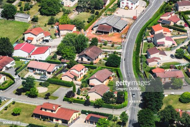 flygfoto över franska staden av ambronay i auvergne-rhone-alpes regionen gator och hus med gård - ain bildbanksfoton och bilder