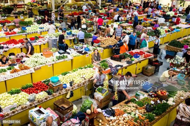 新鮮なフルーツ、デヴァ、ルーマニア ・ トランシルバニアの野菜市場の空撮