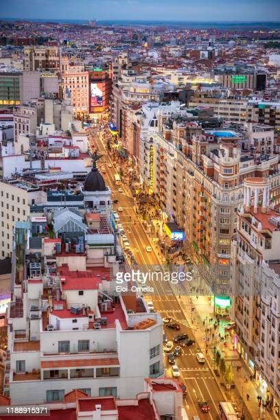 vista aérea de la plaza gran vía amb callao en madrid al atardecer - gran via madrid fotografías e imágenes de stock