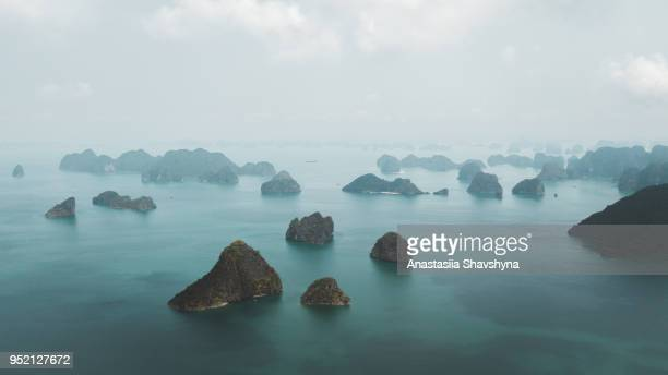 luchtfoto van halong bay in vietnam - unesco werelderfgoed stockfoto's en -beelden