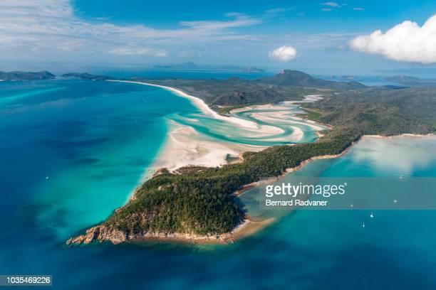 aerial view of hamilton island - île d'hamilton photos et images de collection