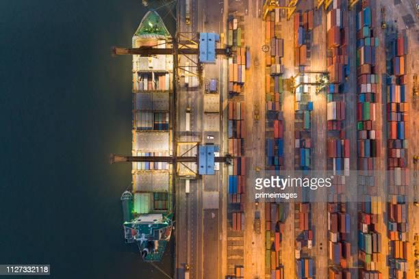 アジアにおけるコンテナ貨物船と貨物作業クレーン橋造船所の港湾物流と輸送の航空写真 - indonesia logistics ストックフォトと画像