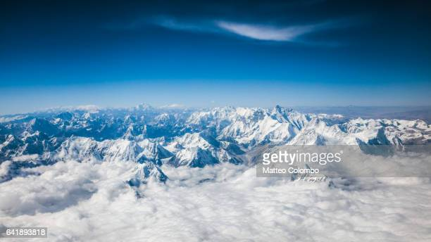 aerial view of himalaya range with mount everest, nepal - himalaya foto e immagini stock