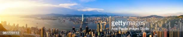 aérea vista de la ciudad de hong kong y el puerto de victoria al atardecer (panorama xxl) - paisajes de hongkong fotografías e imágenes de stock