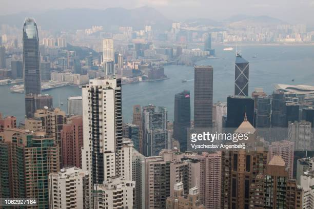 aerial view of hong kong dramatic skyline and victoria harbor - argenberg stock-fotos und bilder