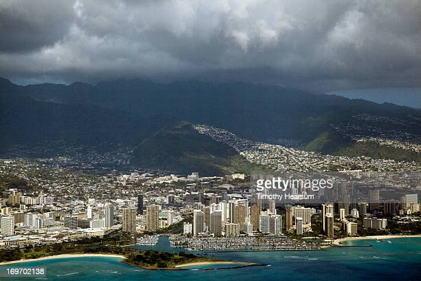 aerial view of honolulu and waikiki - timothy hearsum photos et images de collection