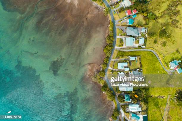 aerial view of houses along the beach. - whangarei heads stock-fotos und bilder