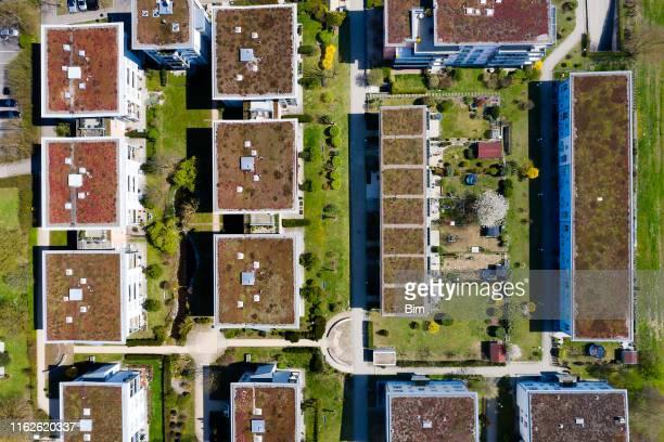 luftaufnahme von housing estate - dach stock-fotos und bilder