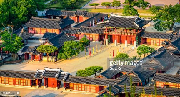 luftaufnahme von hwaseong haenggung palast - schöne traditionelle architektur in suwon, - südkorea stock-fotos und bilder