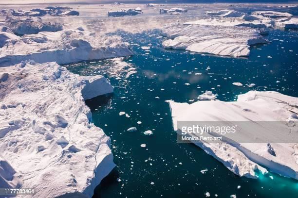 aerial view of icebergs in greenland - eismeer stock-fotos und bilder