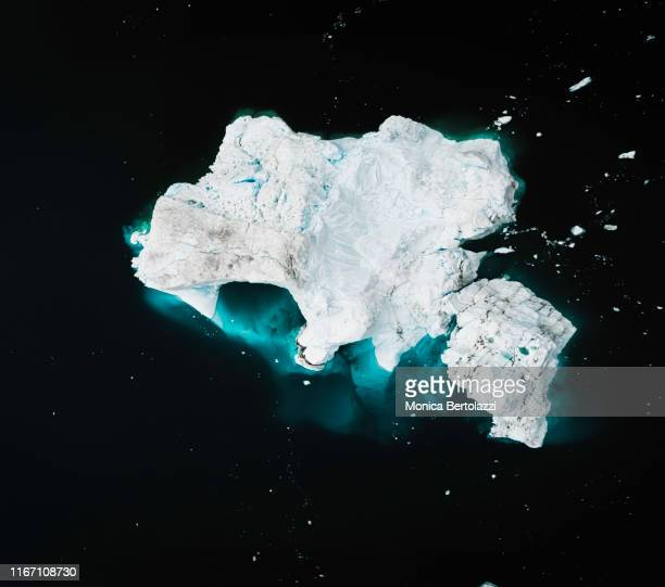 aerial view of icebergs in the arctic ocean - ijsschots stockfoto's en -beelden