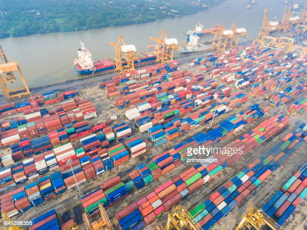 Antenne bekijken van industriële en logistieke containerschip de haven