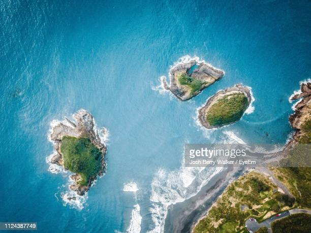 aerial view of islands in sea - insel stock-fotos und bilder
