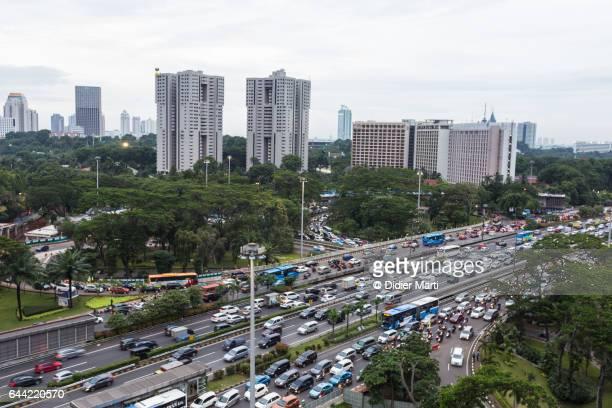 aerial view of jakarta heavy traffic in indonesia capital city - vehículo terrestre fotografías e imágenes de stock
