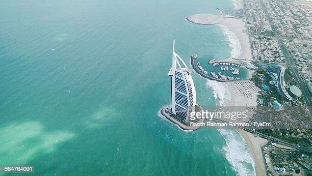 aerial view of jumeirah beach hotel - dubai stockfoto's en -beelden