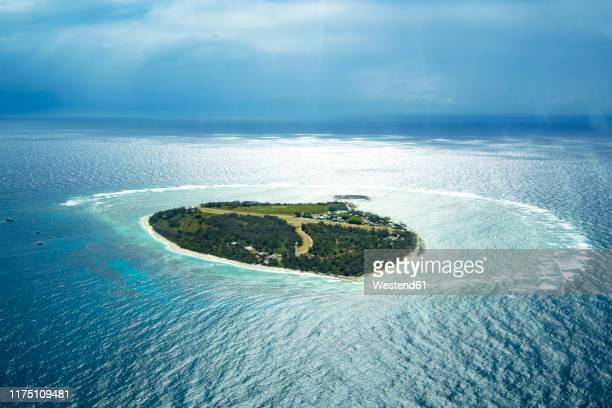 aerial view of lady elliot island with coral cay, great barrier reef, australia - lagon photos et images de collection