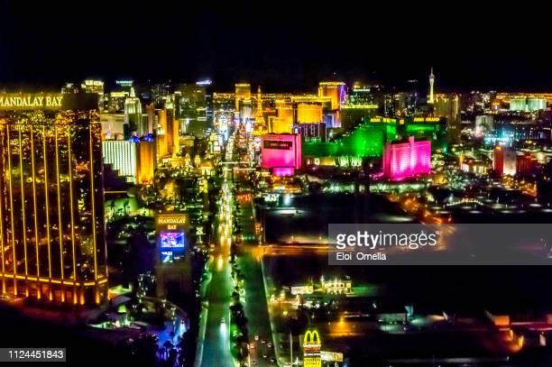 vista aérea de las vegas strip de noche - las vegas fotografías e imágenes de stock