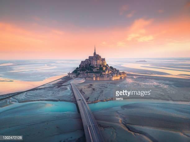フランスのル・モン・サン・ミッシェルの空中写真 - モンサンミッシェル ストックフォトと画像