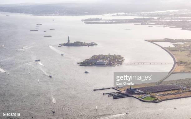 vista aérea de liberty island e ellis island. nova iorque - ilha staten - fotografias e filmes do acervo