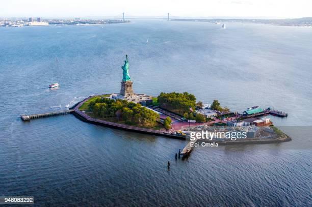 veduta aerea di liberty island con statua della libertà. new york - luogo d'interesse internazionale foto e immagini stock
