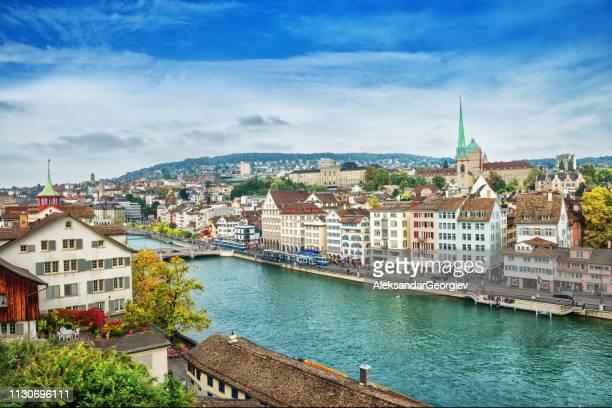 vista aérea da arquitectura da cidade do rio de limmat em zurique, switzerland - rio limmat - fotografias e filmes do acervo