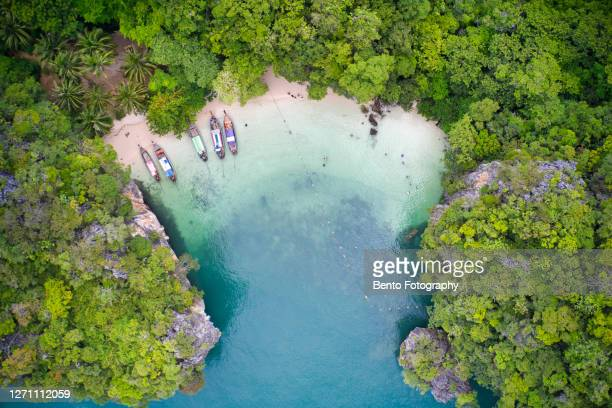 aerial view of long tail boat at tropical beach scenery, andaman sea, view of koh hong island krabi,thailand - asiatisches langboot stock-fotos und bilder