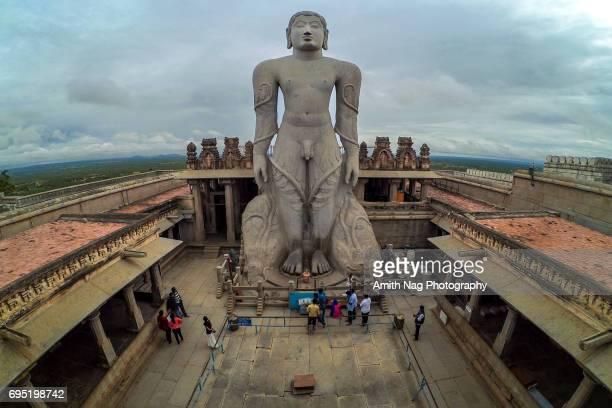 aerial view of lord gommateshwara statue - digambara stock-fotos und bilder