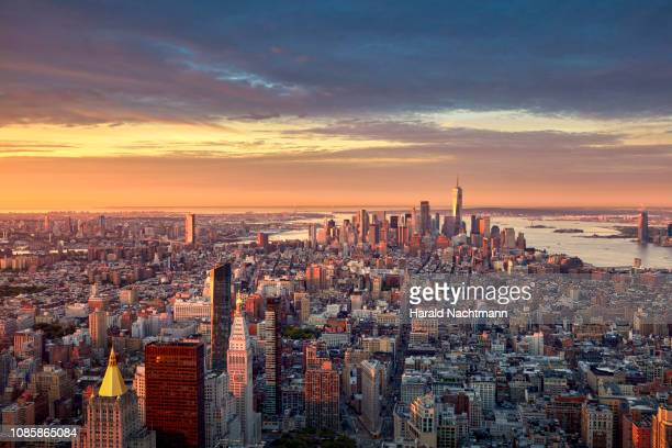 aerial view of lower manhattan skyline at sunrise, new york city, new york, united states - new york city stockfoto's en -beelden