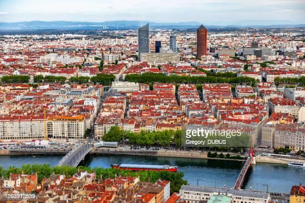 サオーネ川とラ・パートデュー・ビジネス地区を背景に航行するボートを持つリヨンフランスの街並みの空中写真 - ローヌ県 ストックフォトと画像