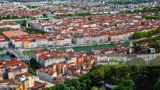 夏のサオーネ川岸とリヨンフランスの街並みの空中写真、岸壁沿いの歴史的建造物 - ローヌ県 ストックフォトと画像