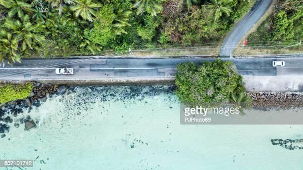 veduta aerea della strada principale dell'isola di mahe sul mare - seychelles - pjphoto69 foto e immagini stock