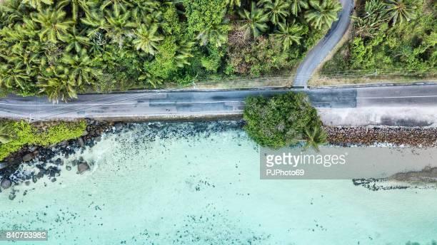 Vista aérea de la carretera principal de Mahe Island en el mar - Seychelles