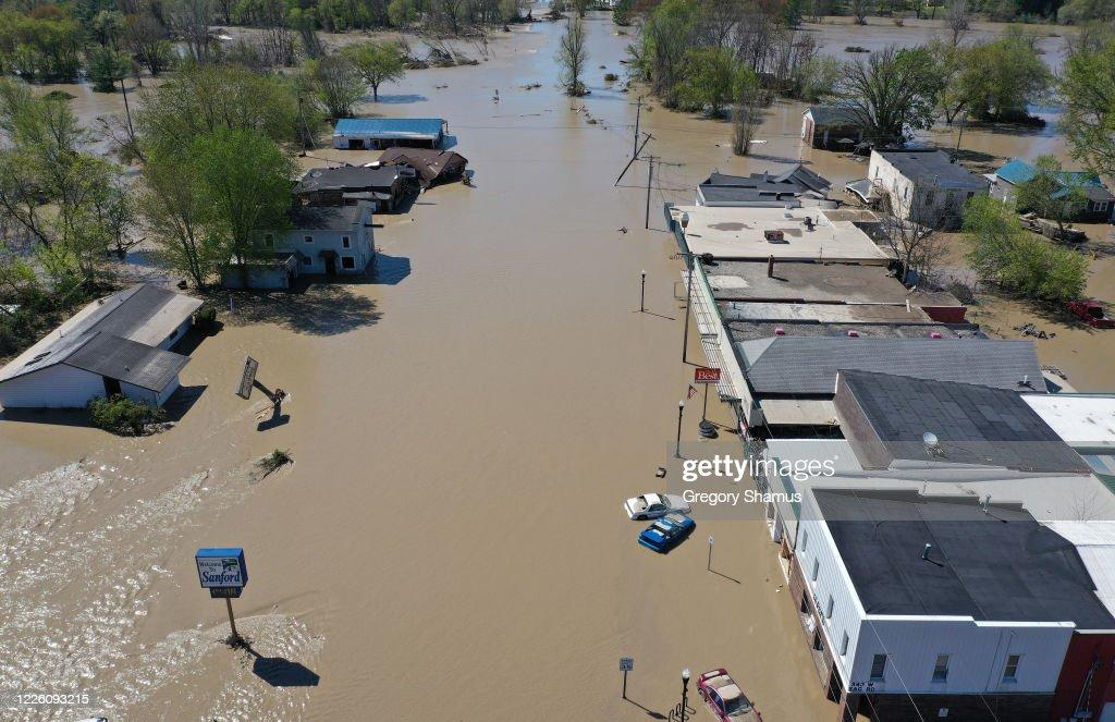 Two Dams Burst Flooding Town Of Midland, Michigan : News Photo