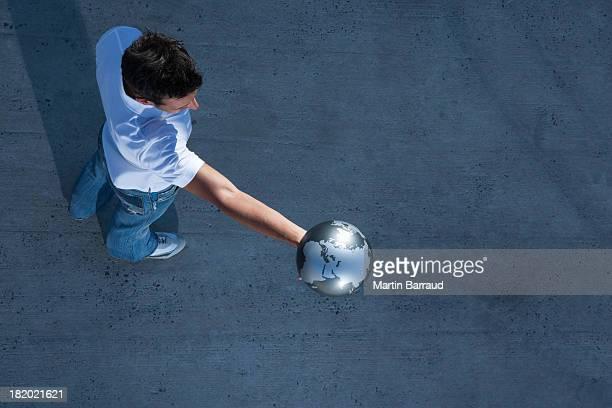 veduta aerea di uomo che tiene globo all'aperto - mappamondo foto e immagini stock